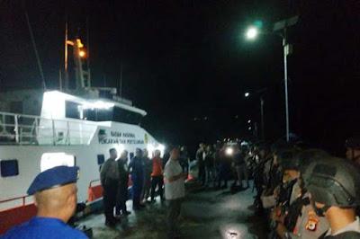 "Ambon, Malukupost.com - Sesosok jenazah yang diperkirakan merupakan korban perkelahian dan pembantaian antar anak buah kapal KM Mina Sejati, di Perairan Dobo, Kabupaten Kepulauan Aru, Provinsi Maluku pada tanggal 17 Agustus 2019, ditemukan terapung oleh sebuah kapal nelayan.    ""Jasad korban ditemukan oleh Kapal Motor Sanjaya 888 dan langsung melakukan evakuasi,"" kata Kepala KP3 Dobo, Kabupaten Kepulauan Aru, Iptu Fajar yang dikonfirmasi, Senin (2/9)."