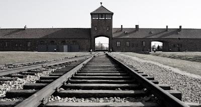 O Holocausto Construído em 1933, o campo de concentração de Dachau,Alemanha, foi a prisão de dezenas de milhares de judeus durante a Segunda Grande Guerra.  Em 1966, o governo alemão instalou no local um mostruário dos horrores ali praticados e tornou obrigatória a visita de colegiais de nível médio, para que não esqueçam a que ponto chegou o desvario nazista.