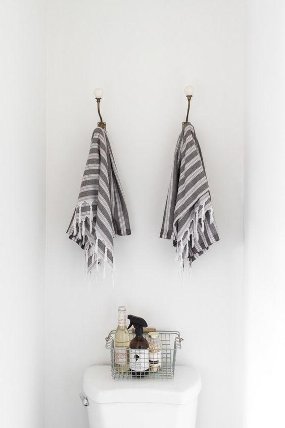 cesta para baño, toallas, decoracion nordica, estilo nordico, baño pequeño, interiorista, barcelona, alquimia deco