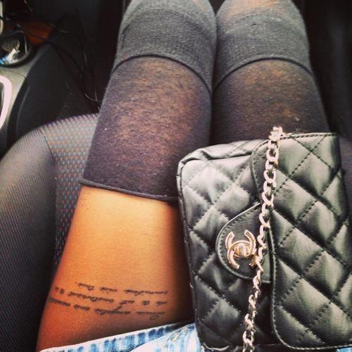 vemos a una modelo con tatuajes en las piernas