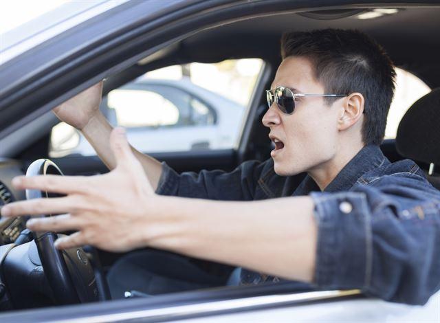 당당하게 난폭운전하던 운전자, 공손하게 사과하고 돌아선 이유 [영상+3]