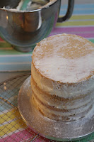 Sommerliche Tiramisu-Torte mit Blüten aus Buttercreme: Sonnenblumen, Rosen, Hortensien, Himmelsschlüssel und Vergissmeinnicht - Videotutorial, Tortenrohling, Crumb Coat