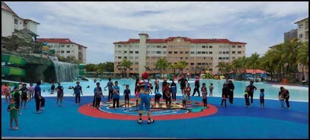 Maskot yang sedang menghiburkan anak-anak di Tiara Bay yang kini dikenali sebagai Ehsan Waterpark