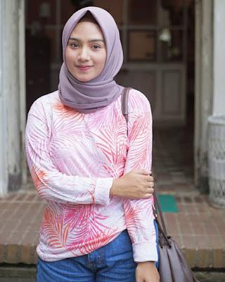 CEwek hijab manis pakai Baju Pink