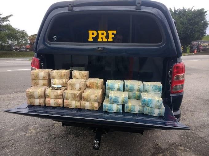 PRF apreende R$ 2,5 milhões em dinheiro vivo dentro de carro em SP