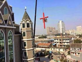 Guincho do regime socialista arranca Cruz da igreja.