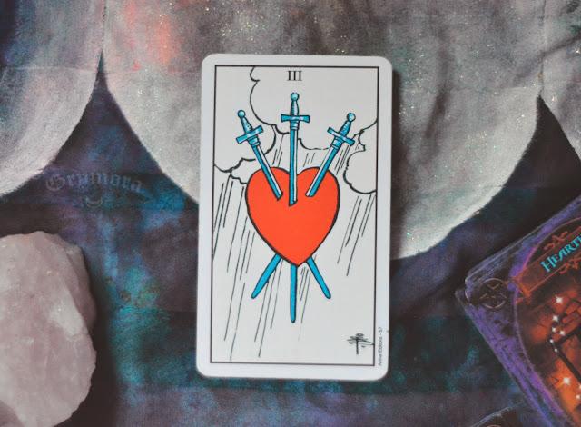 Saiba o significado da Carta 3 de Espadas no Tarot do amor, dinheiro e trabalho, na saúde, como obstáculo ou invertida e como conselho.