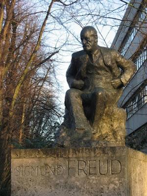 Statue_of_Sigmund_Freud_-%2Btavistock%2Bentrance.jpg