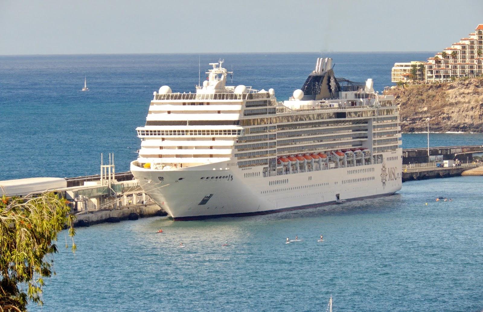 um navio no porto