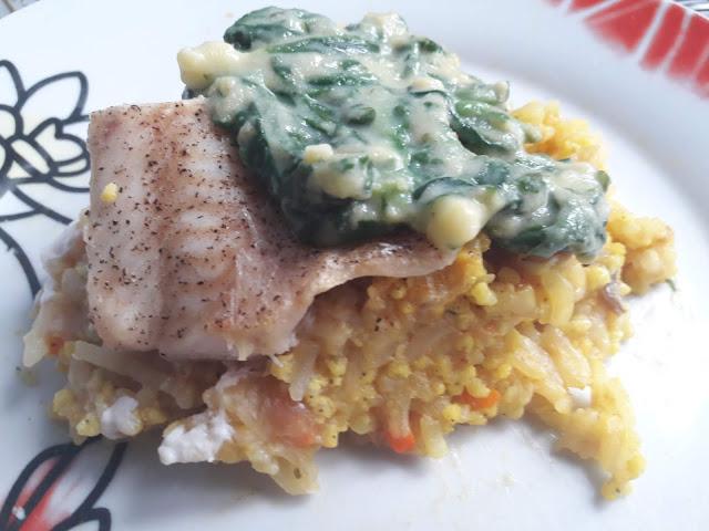 Pieczona ryba w warzywami w sosie szpinakowym - PRZEPIS