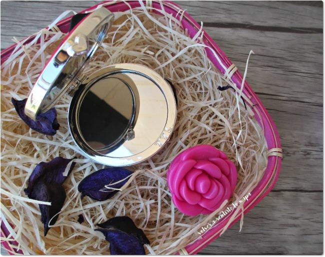 Cesta de cosmética: jabón, gloss, espejo