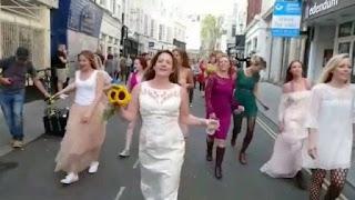 Mulher que se casou com ela mesma supera traição e celebra bodas