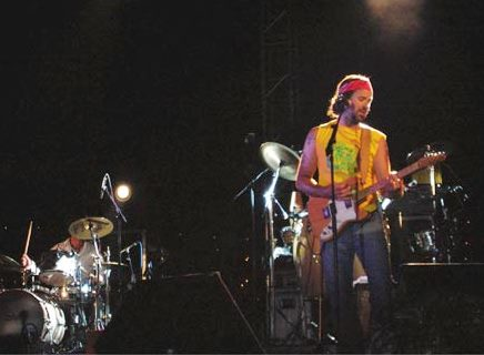 Foto de Pau Donés cantando en concierto