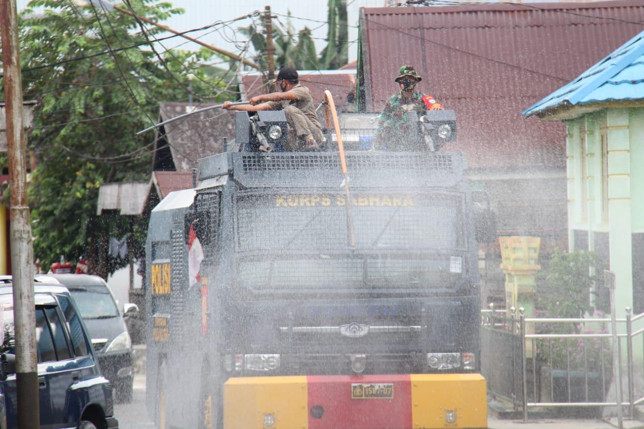 Gunakan Kendaraan AWC, Polres Sukamara Semprotkan Disinfektan di Jalan Raya