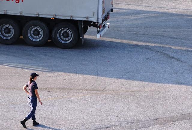 Ήγουμενίτσα: Σαν...εμπόρευμα, κρυμμένοι ανάμεσα σε εμπορεύματα μέσα σε φορτηγό, επιχείρησαν να ταξιδέψουν από την Ιταλία στην Ηγουμενίτσα