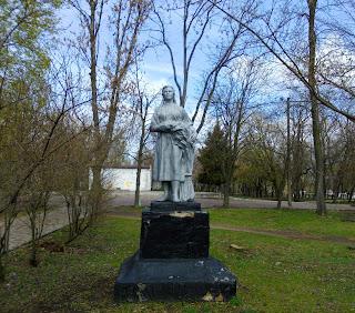Бобринець. Парк ім. Кропивницького. Скульптура дівчини