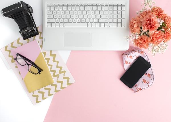 Flatlay escritório notebook, celular e câmera