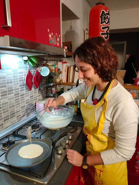Miriam in cucina fa le crêpes