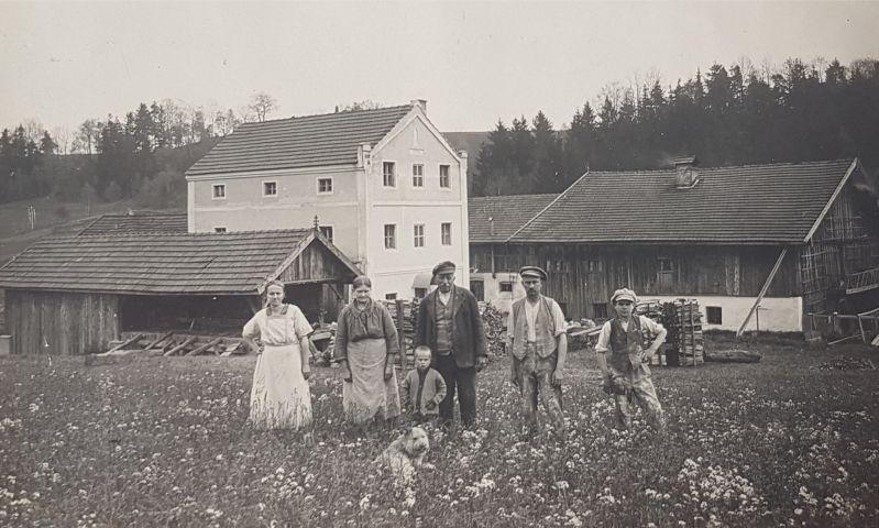 Mein Großmutter (links) mit ihren Eltern, ihrem Sohn, zwei Knechten und Hund