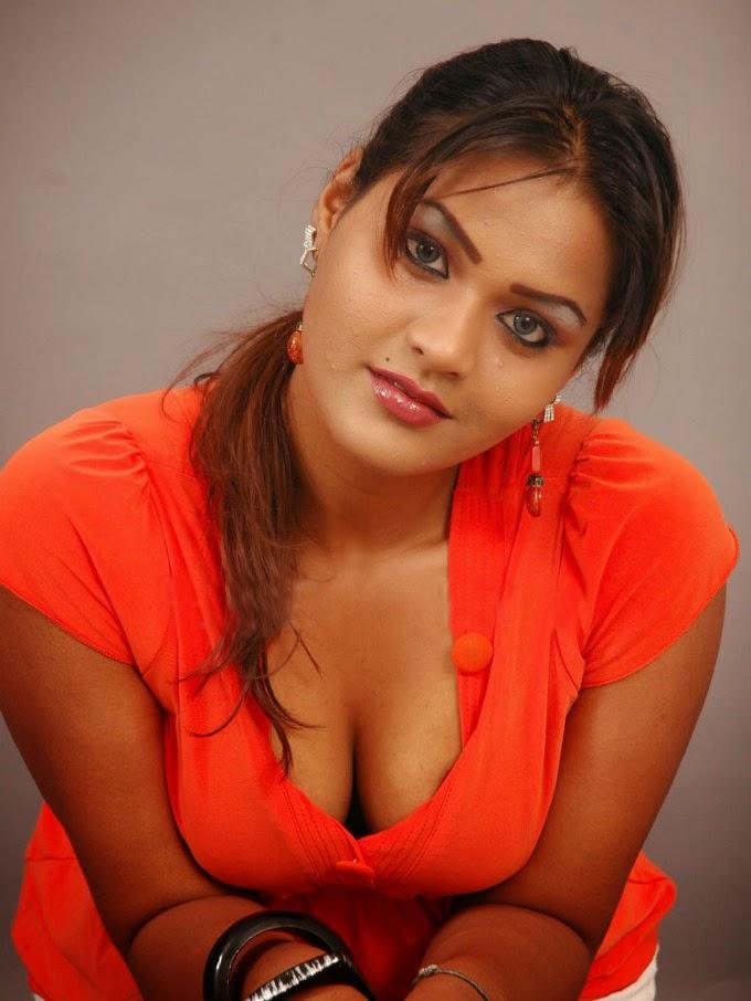 больший огромный груди у индийских девушек фото выгнулась больше