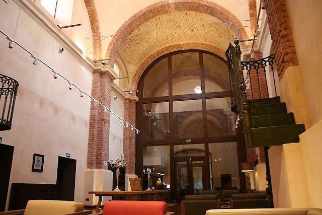 A igreja do convento dominicano de Aracena transformada em lobby e salão.