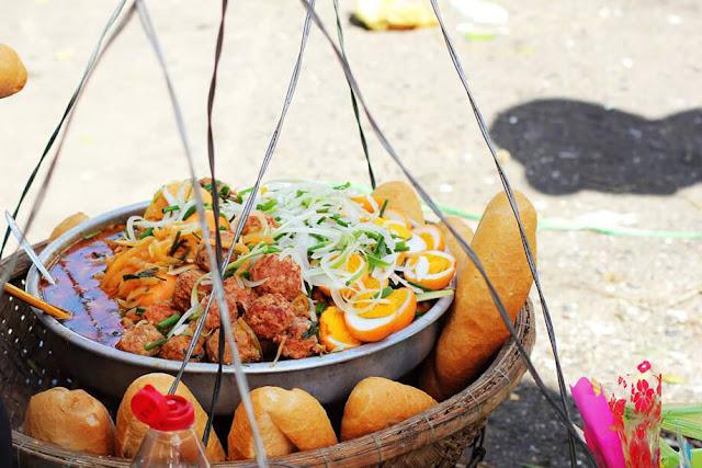 """Bánh mì khá đơn sơ với các loại nhân như xíu mại, chả hấp, chả chiên, trứng luộc… nhưng lại hấp dẫn với các loại rau dưa, và đượm vị với nước mắm ớt thơm cay. Bánh mì được bán khắp nơi ở Phan Thiết hầu như cả ngày, với giá khá rẻ chỉ từ 8.000-12.000 một ổ. Bạn có thể tìm thấy bánh mì ở nhiều nơi. Về ban đêm, nổi tiếng nhất là quán """"bánh mì đợi"""" trên đường Nguyễn Huệ, dưới chân cầu Lê Hồng Phong, bán từ 20h đến khuya."""