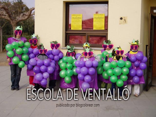 4 - Disfraz escolar de uvas con bolsa de plásticoy globos