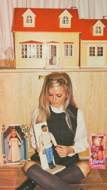 Alejandra Colomera sentada con juguetes de los años 70