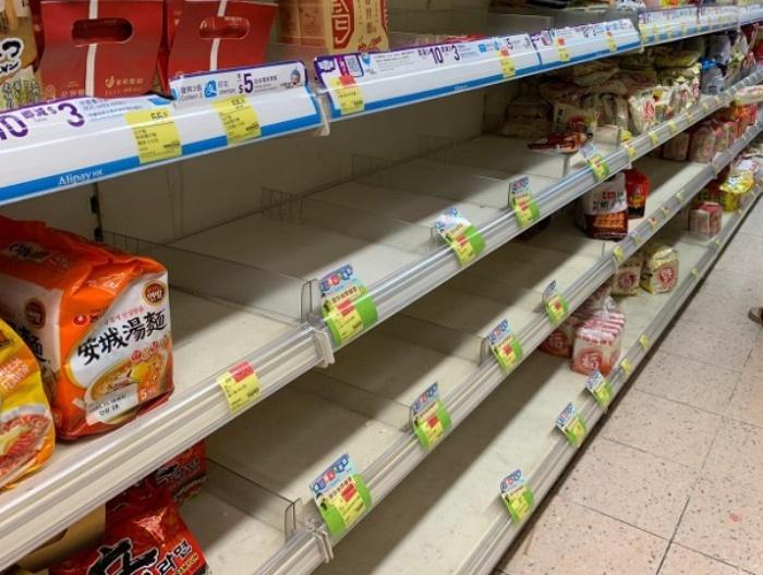 Kasus Covid-19 Melonjak Lagi, Warga Hong Kong Mulai Borong dan Timbun Mie Instan Hingga Roti