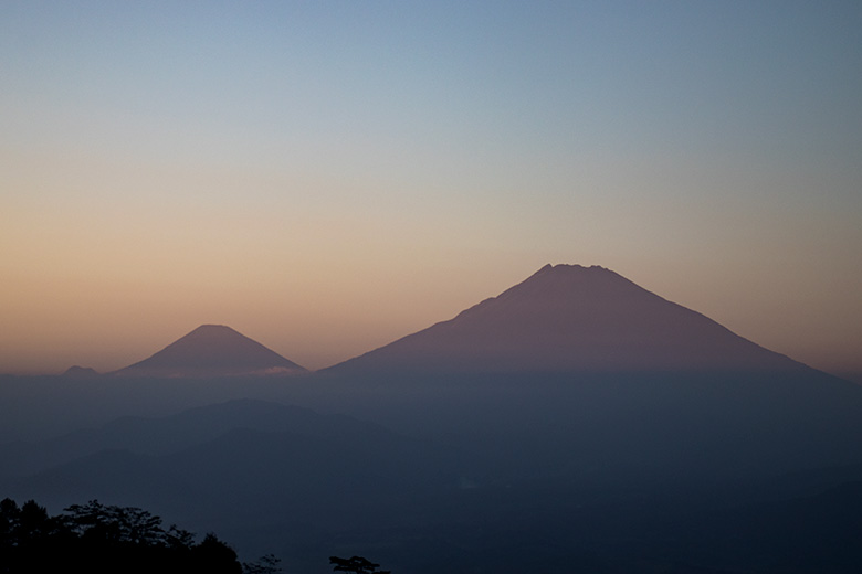 Gunung Sumbing-Sindoro Dilihat dari Gunung Kunir Purworejo