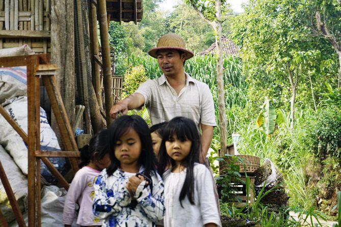 Pak Trisno bersama anak-anak warga Kampung Berseri Astra Tanon