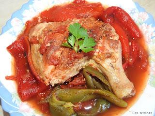 Saramura de pui dobrogeana reteta cu carne si legume la gratar grill tigaie retete mancare friptura saramuri ardei rosii coapte,