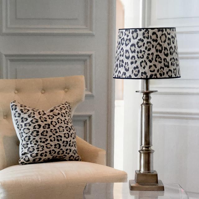 Lampfoten Penfold med leopardmönstrad lampskärm i tyg från Ralph Lauren.