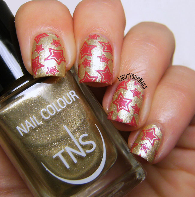 Red and gold wrapping paper #nailart // Nail art rossa e oro stile carta da regalo natalizia con lo smalto TNS Atomic 79