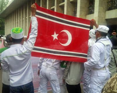 Bendera Aceh Berkibar Saat Demo 4 November