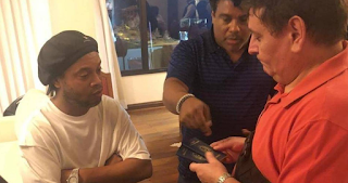 الشرطة تعتقل رونالدينيو بسبب جواز سفر مزور