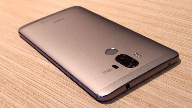 Em abril, cinco meses antes do lançamento do iPhone 7, a Huawei lançou um telefone com câmeras de 12 megapixels