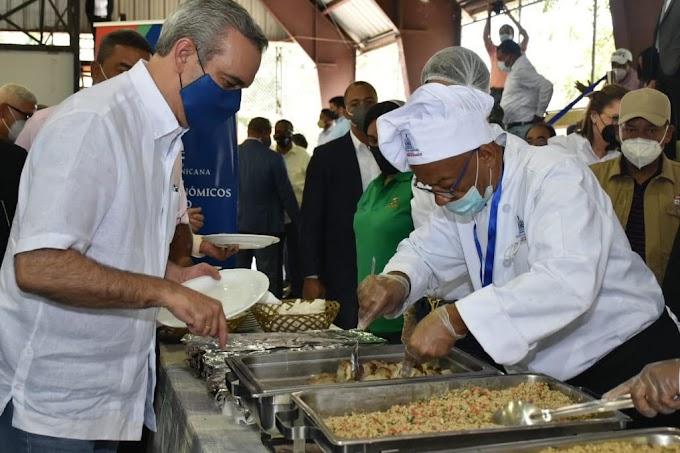 Presidente Luis Abinader almuerza con dirigentes y miembros de juntas de vecinos de Santo Domingo Norte