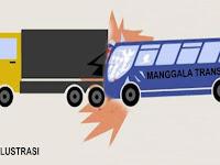 Mobil Bus Manggala Trans Seruduk Mobil Tronton Kontainer Parkir di Jalan Poros Segeri