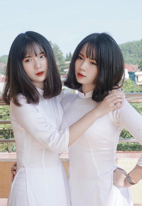 Cặp chị em song sinh ở Yên Bái xinh như búp bê gây sốt trong ngày lễ khai giảng
