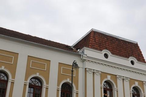 Lezuhant egy munkás a Balassi tetejéről Békéscsabán