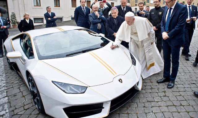 ローマ法王へ寄贈された「ランボルギーニ・ウラカン」の特別モデル。チャリティオークションに出品され収益は慈善事業へ。
