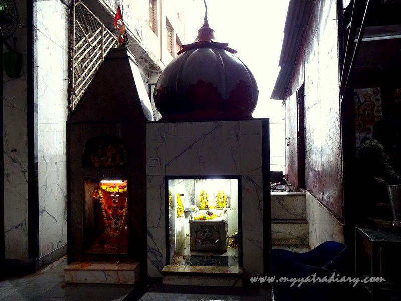 Small temples in the Anandeshwar Mandir Kanpur premises, Uttar Pradesh