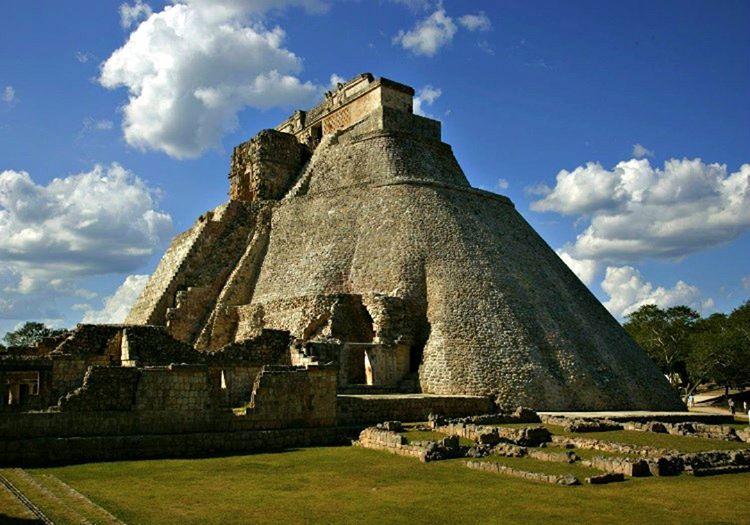 Bu eski Maya piramidi, Nohuç Mul adıyla bilinmektedir ve oldukça eskidir.