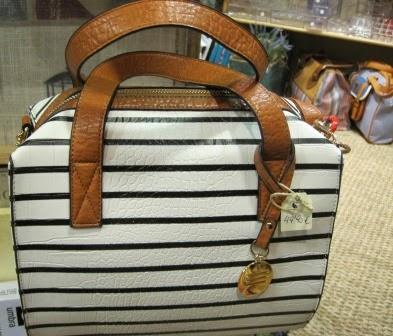 Bolso blanco de rayas y asa marrón