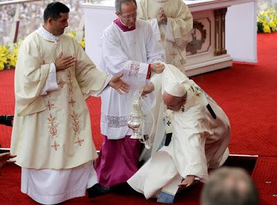 Па Франциск падає