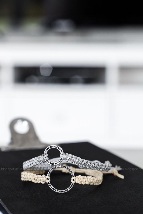 Zwei DIY Makramee Armbänder grau und beige