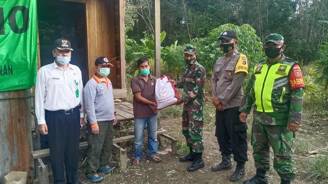 Kodam VI/MLW, Pasi Ter Kodim 1001/Amuntai-Balangan Distribusikan Paket Bantuan Presiden RI Dilanjutkan Babinsa Secara Door to Door