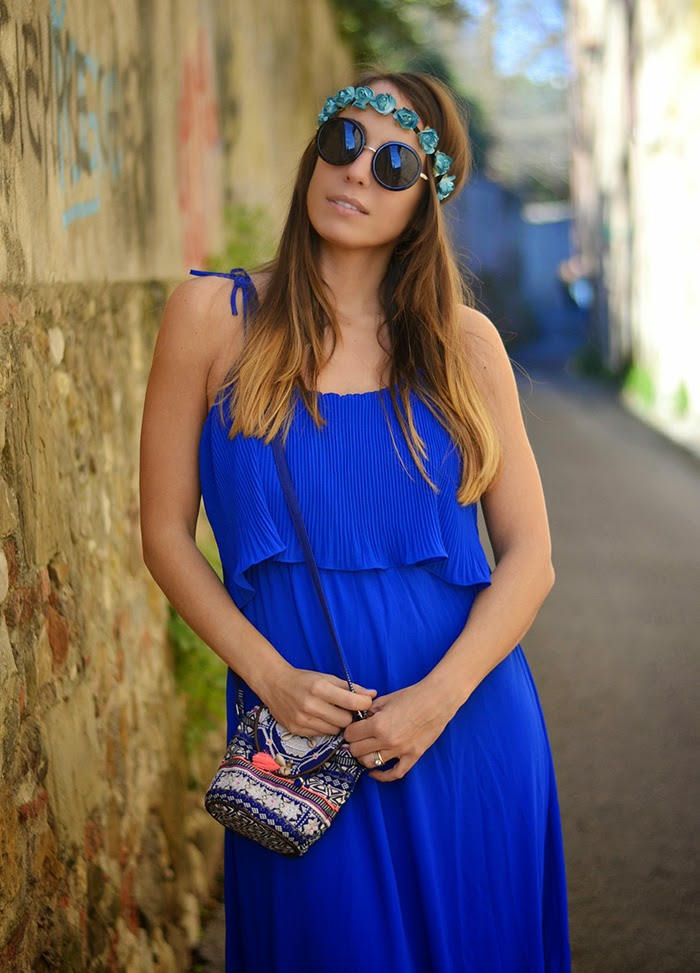815e26b99581 coroncina fiori azzurri. abito blu ballerine argento. ballerine argento  bordo nero. abito lungo stile hippie. boho outfit fashion blogger