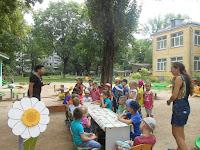 директор бібліотеки Ліна Пескіна з дітками на дитячому майданчику